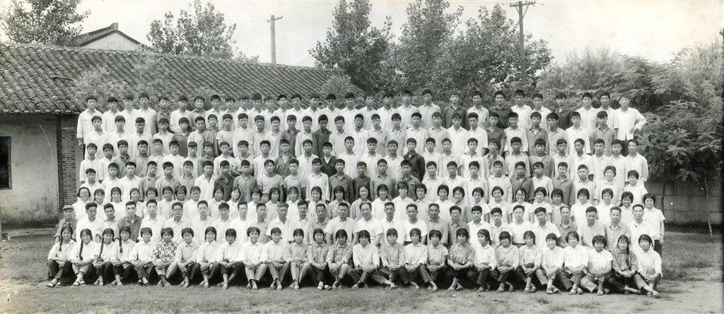1974届高中毕业师生合影.jpg