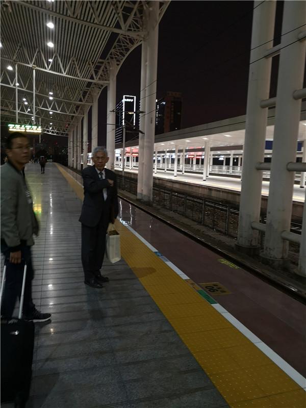 田庆先在等车.jpg