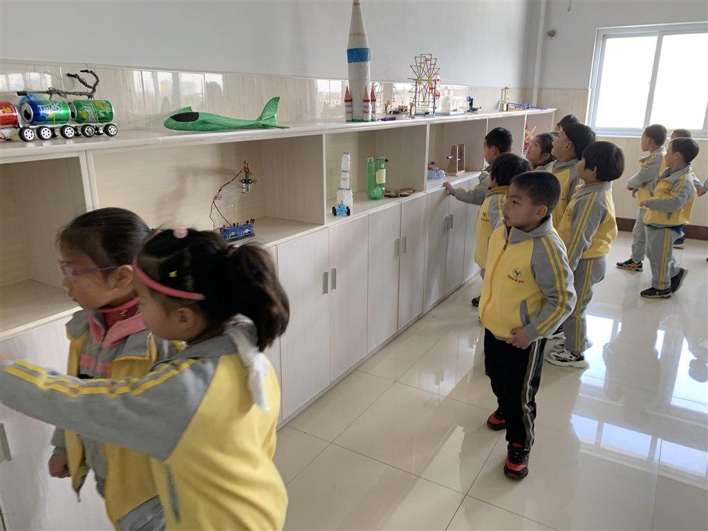 从幼儿园进入小学学习,是幼儿成长中的一个重要转折。为了更好地做好幼儿与小学入学衔接工作,满足孩子对小学生活的探知愿望,帮助他们更全面、直观地了解小学,以积极的心态迎接小学生活。2019年3月13日上午,吕墅幼儿园组织全体大班幼儿到吕墅小学进行了实地参观,让孩子们近距离地感受小学生的学习生活。   踏进小学校区,首先映入眼帘的是宽广的操场、高高的教学楼。我们在小学老师的带领下,开启了参观小学之旅。同哥哥姐姐们共上一节课,课堂上哥哥姐姐认真听课、积极举手、专心学习给孩子们留下了深刻地印象;随后观摩了哥哥姐
